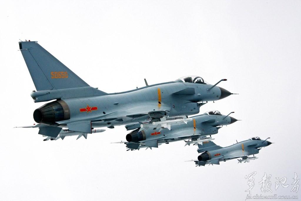 Chiến đấu cơ Trung Quốc cất cánh khẩn cấp bám theo máy bay Mỹ