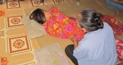 Bà cô bé đang an ủi nạn nhân