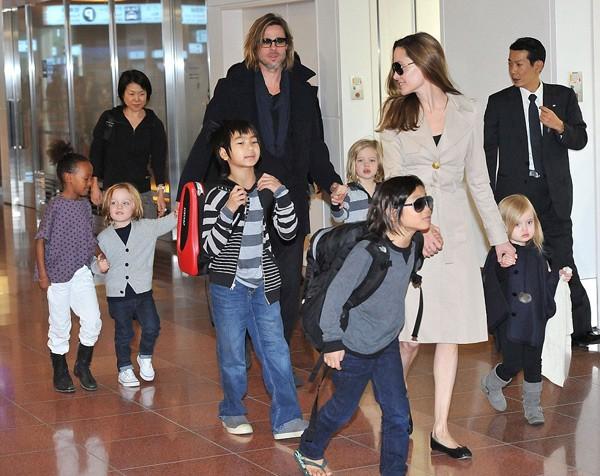 Angelina Jolie dắt Vivienne và Pax Thiên đi trước.