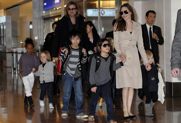 Đại gia đình thu hút sự chú ý khi có mặt tại sân bay với 'lực lượng' áp đảo.