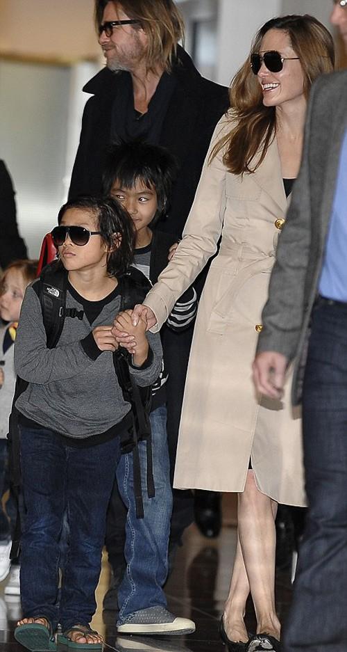Trong khi Angelina rạng rỡ thì mặt Pax Thiên rất 'hình sự'.