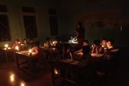 Buổi tối điểm trườngCà Moong luôn sáng đèn để giáo viên kèm học sinh học tập (Ảnh nhà trường cung cấp)