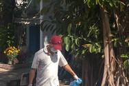 Giáo viên Phan Thiết đang dọn vệ sinh trường mùa dịch (Ảnh Phan Tuyết)