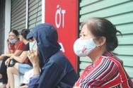 Hà Nội: Phụ huynh dậy từ 5 giờ sáng, đội nắng đưa con đi thi