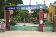 """Thái Nguyên, cứ 2 học sinh Tiểu học Đắc Sơn 2 phải """"cõng"""" một bộ bàn ghế mới"""