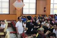 Giáo sư Nguyễn Lân Dũng tâm sự với sinh viên trường Sao Đỏ về khởi nghiệp