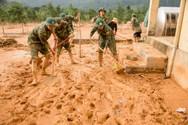 Một số trường ở miền núi Quảng Trị ngập bùn non, bộ đội hỗ trợ thầy cô dọn dẹp