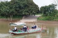 Người lái đò tình nguyện chở học sinh vượt sông Hóa tới trường