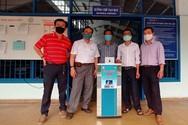 Giảng viên bắt tay chế tạo máy rửa tay sát khuẩn tự động để chống dịch Covid-19