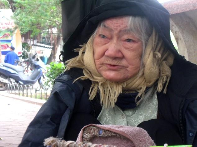 Rét dưới 10 độ C, bà cụ 91 tuổi vẫn ngồi bán hàng ở Hồ Gươm