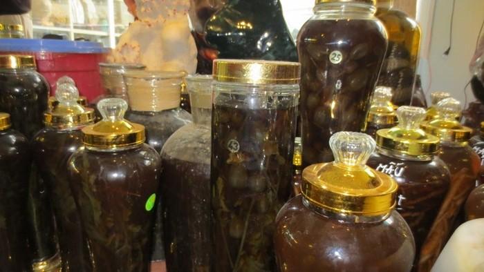 Ảnh: Cửa hàng đá quý sang chiết rượu ngâm hoa anh túc bán ở Hà Nội