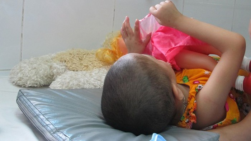 Cong an Ha Noi len Tuyen Quang dieu tra vu be 5 tuoi bi xam hai