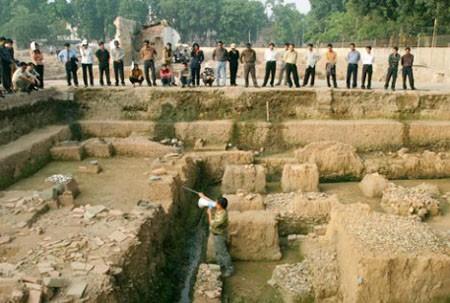 Một hố khảo cổ được triển khai trong khu di sản Hoàng thành.