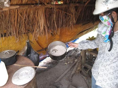 Bí ẩn mẹ con người rừng - Đã xác định được hành vi ngược đãi, hành hạ - Bữa ăn của 2 mẹ con T.A chỉ có cơm và mắm - 3