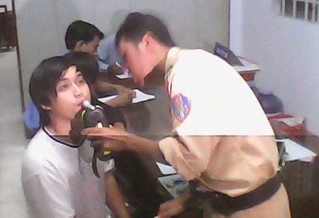 Hai chiến sĩ CSGT bị hành hung đang tường trình vụ việc với cơ quan chức năng. (Ảnh: Huỳnh Hải)