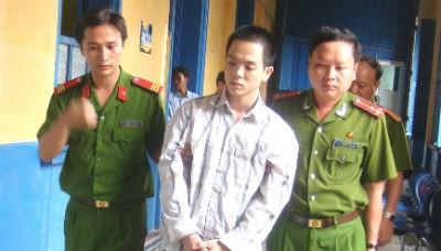 /Uploaded/thuhien/2012_07_08/20120708-091755-1-images658884-Bi-cao-Quang-dang-bi-dan-giai-ve-trai-giam.jpeg