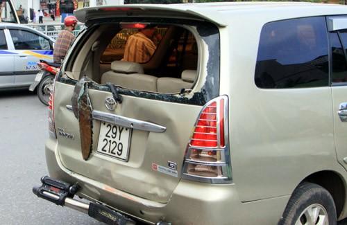 Chiếc xe Toyota Inova bị hư hỏng nặng