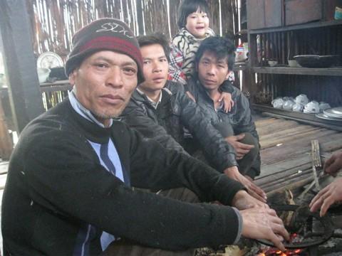 Những người dân thôn Khưa Cả tập trung kể về những người hóa điên vì vi phạm