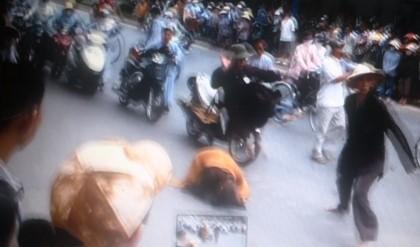 Tiểu sư thày phi thân đạp hụt một người đi đường.