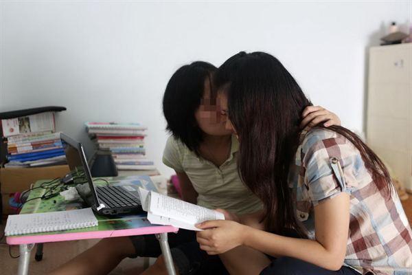 Chùm ảnh xúc động về cặp đôi đồng tính nữ Việt Nam