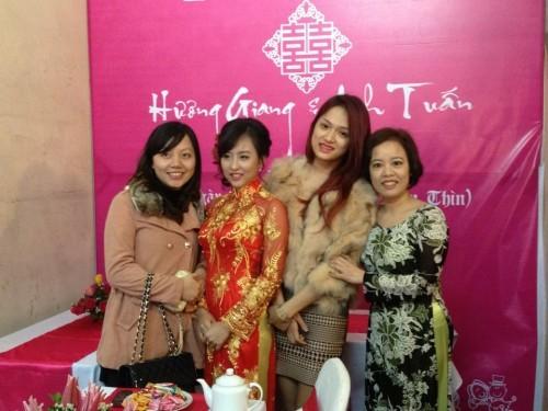 Bức ảnh Hương Giang chụp cùng chị gái trong lễ ăn hỏi vừa diễn ra cách đây ít giờ