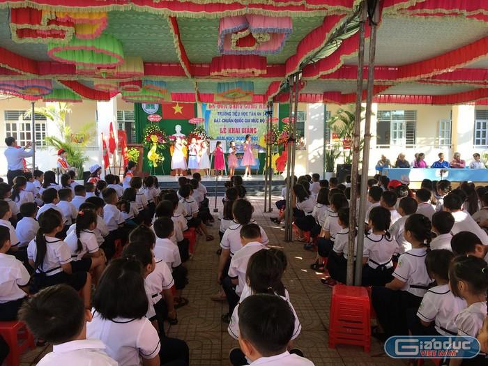Dù sân trường được lát gạch, học sinh vẫn phải có ghế ngồi (Ảnh Phan Tuyết)