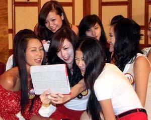 Người đẹp hoa hậu Việt Nam túm tụm 'nghịch' iPhone, iPad