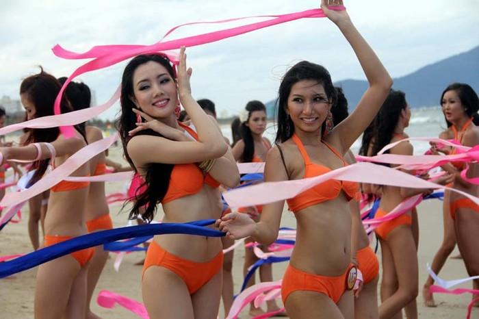 Clip: Người đẹp Hoa hậu Việt Nam sexy với bikini và tấm lụa đào