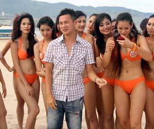 MC Anh Tuấn 'nhăn nhó' giữa rừng người đẹp bikini