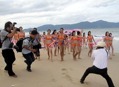 Vất vả, sung sướng như phóng viên tác nghiệp Hoa hậu Việt Nam