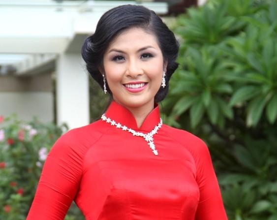 Clip: Hoa hậu Ngọc Hân hồi hộp trước giờ trao lại vương miện