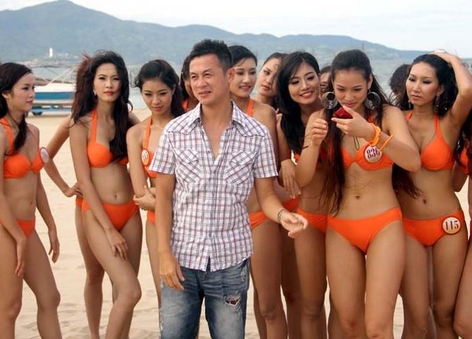 Clip: MC Anh Tuấn bị 40 cô gái mặc áo tắm vây chặt