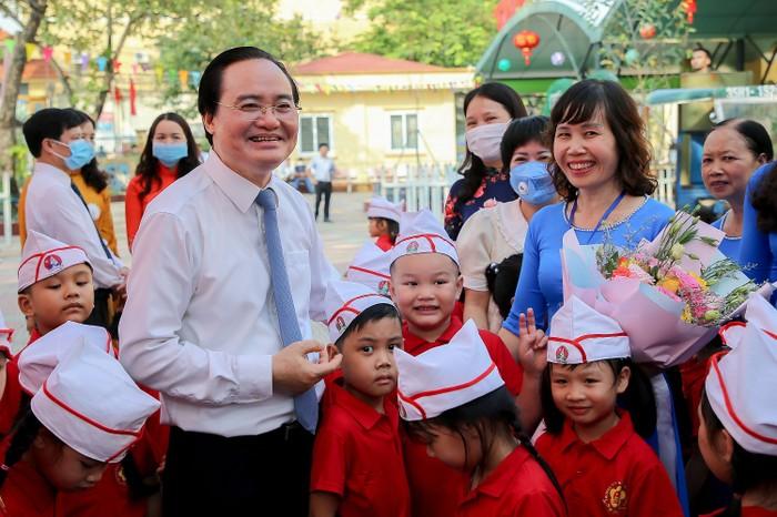 Bộ trưởng Phùng Xuân Nhạ chung vui cùng thầy trò trong ngày khai giảng