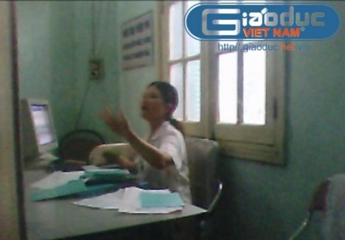 Chùm ảnh: Nhân viên bệnh viện K to tiếng, vung tay trả lời