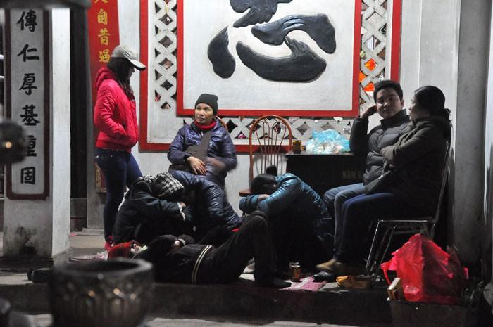 """Hàng ngàn người """"vật vã"""" chờ trong đêm phát Ấn đền Trần 2013"""