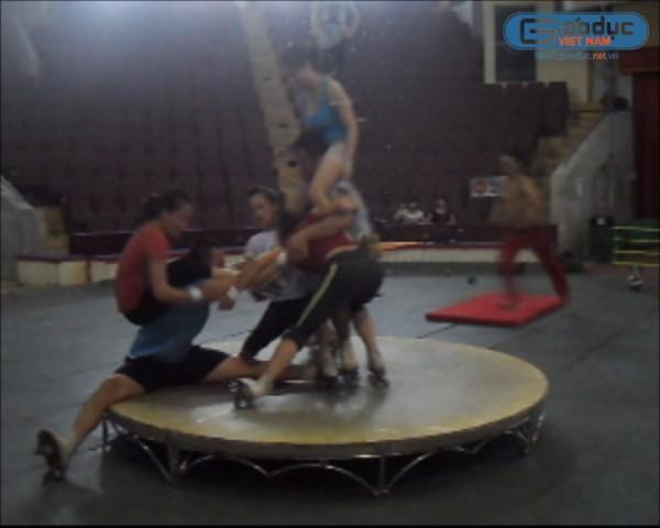 Ảnh: Đằng sau ánh đèn sân khấu của diễn viên xiếc Việt