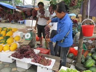 Chùm ảnh: Nho Trung Quốc giá rẻ bày bán tràn lan trên đường phố Hà Nội