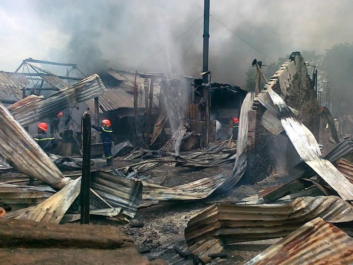 Ảnh: Cháy xưởng sản xuất xốp, cả khu dân cư nháo nhào sơ tán