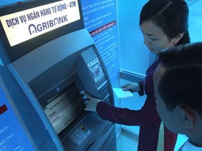 Ngã ngửa vì đưa thẻ ATM cho người thân đi rút tiền