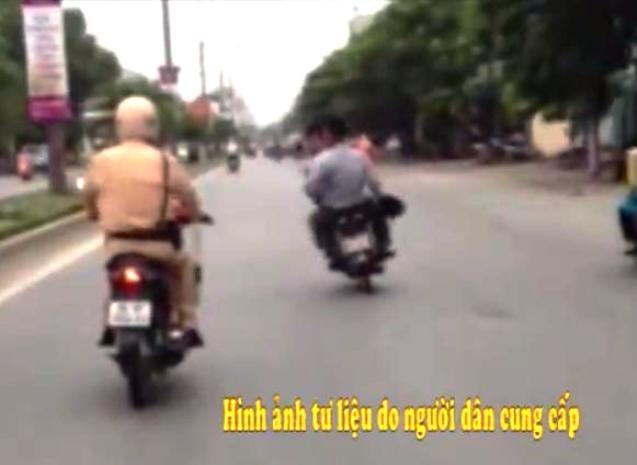 """Video: Cán bộ huyện trêu tức CSGT bị """"ăn đạn"""" phải đi bệnh viện"""