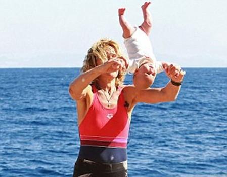 'Đứng tim' với kiểu tập yoga 'bạo lực' cho trẻ sơ sinh