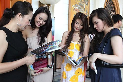 Trước khi bước vào buổi gặp gỡ và giao lưu với báo giới, Đan Lê tranh thủ trò chuyện với các diễn viên khác tham gia phim. Từ trái sang: nghệ sĩ Hương Dung, MC Hồng Diễm và diễn viên Kim Oanh.