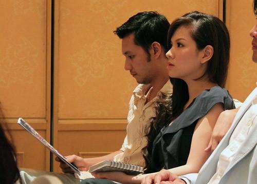 Trong suốt thời gian họp báo, đạo diễn Khải Anh không ngần ngại thể hiện tình yêu khi luôn quàng tay qua vai vợ