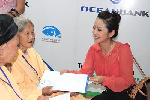 Hoa hậu châu Á tại Mỹ cũng phát cho bệnh nhân các tài liệu liên quan đến việc bảo vệ mắt.