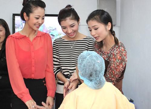 Jennifer Phạm, Hương Giang và Diệu Hương đáp lại tình cảm của các cụ bằng nụ cười tươi và những