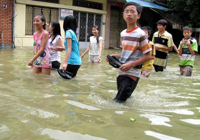 Chùm ảnh: Mưa bão, học sinh bì bõm đến trường