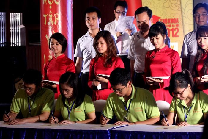 Chùm ảnh: Các thủ khoa xuất sắc ghi danh sổ vàng tại Văn Miếu