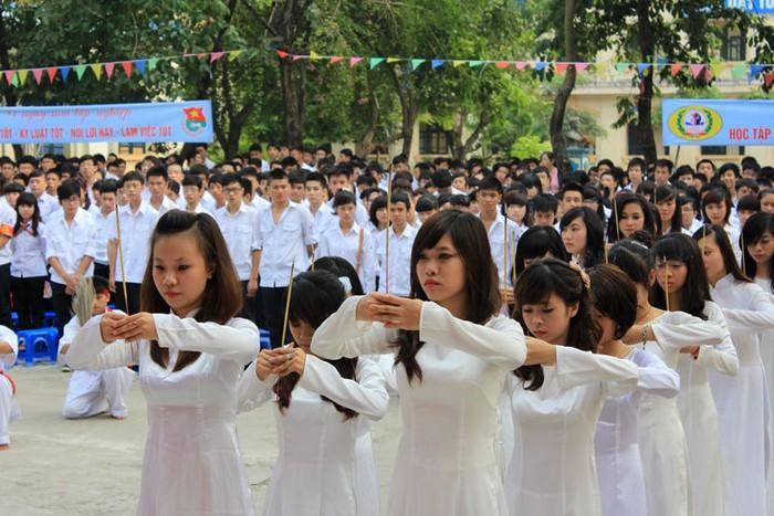 Chùm ảnh:Thầy trò dâng hương tưởng nhớ Đinh Tiên Hoàng ngày khai giảng