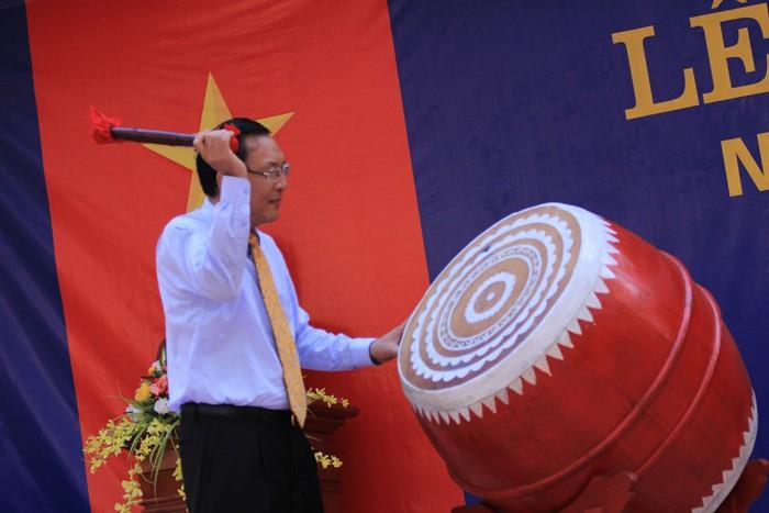 Chùm ảnh: Bộ trưởng Phạm Vũ Luận đánh trống khai trường
