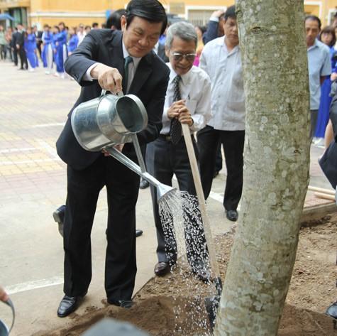 Chùm ảnh: Chủ tịch nước trồng cây lưu niệm tại Trường ĐH KHXH & NV